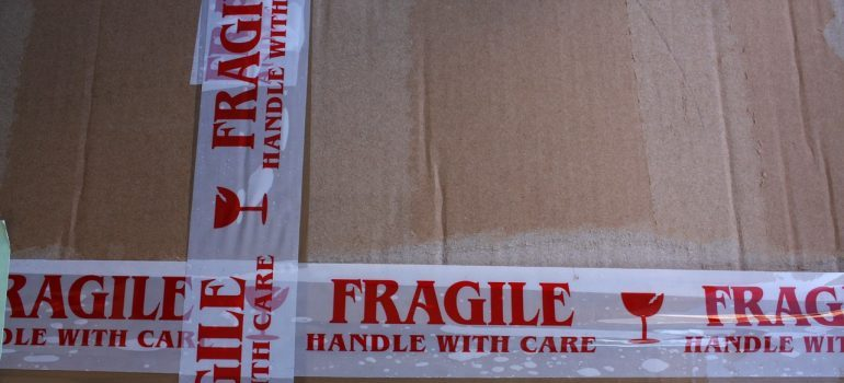 How to pack fragile items -fragile sign